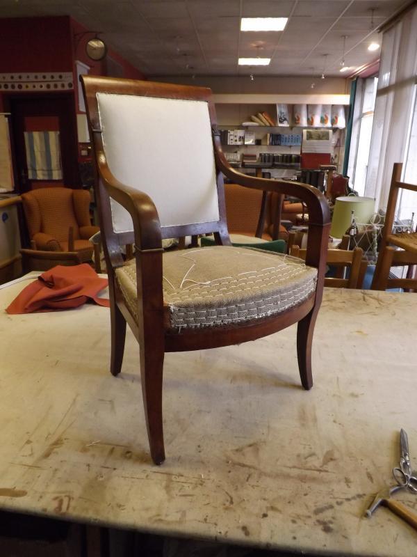 fauteuil d'epoque restauration, détail de garniture traditionnelle
